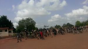 Une foule de lycéens d'Adidogomé en liesse pour aller déloger leur camarades des établissements privés.